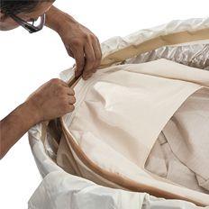 Adherir la bolsa a las paredes del féretro con las cintas de velcro